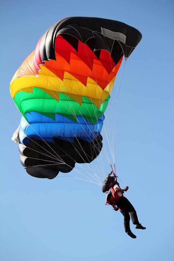 Parachutiste avec le parachute coloré photographie stock