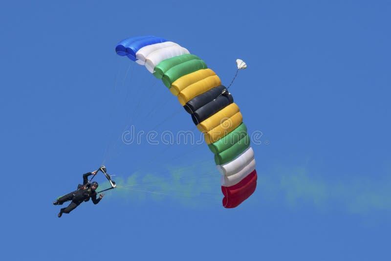 Parachutiste avec le parachute coloré images libres de droits