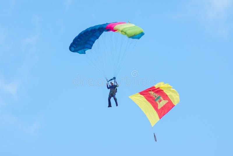 Parachutiste avec un drapeau de Tver pendant le jour de célébration du Th photo libre de droits
