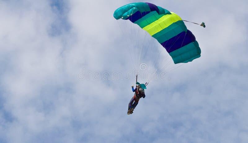Parachutiste dans l'entre le ciel et la terre photographie stock libre de droits