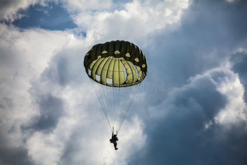 Parachutiste dans la guerre photos stock