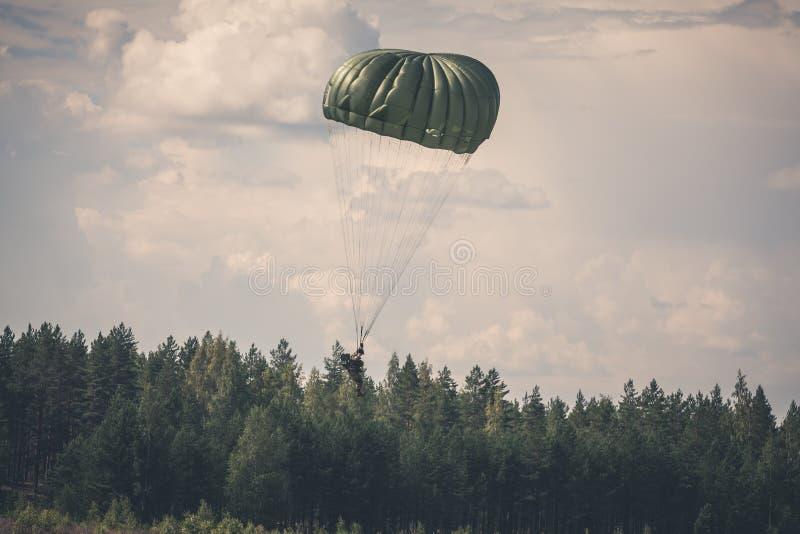Parachutiste dans la guerre photographie stock