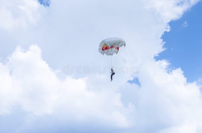 Parachutiste dans le ciel photo stock