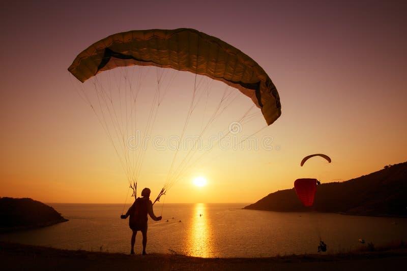 Parachutiste faisant un saut en chute libre le concept de coucher du soleil de groupe images stock