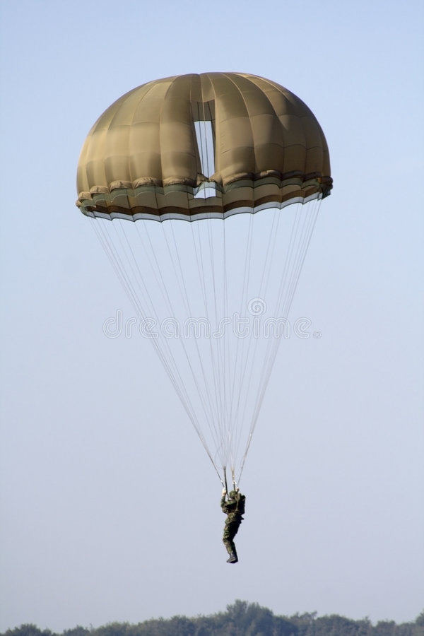 Parachutiste militaire de atterrissage images stock