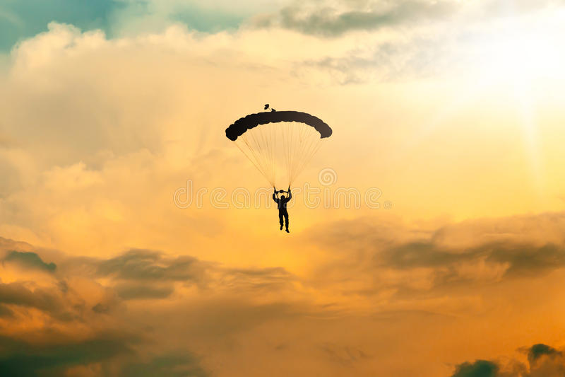 Parachutiste non identifié, parachutiste sur le ciel photo libre de droits