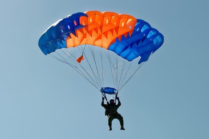 Parachutiste sur le parachute photographie stock
