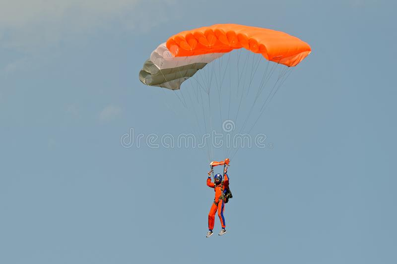 Parachutiste sur le parachute image libre de droits