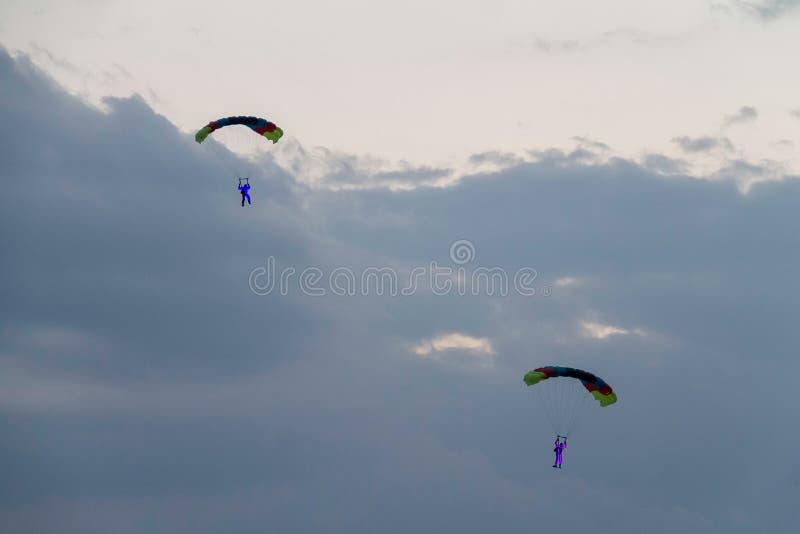 2 parachutists на авиасалоне с светами стоковое фото rf