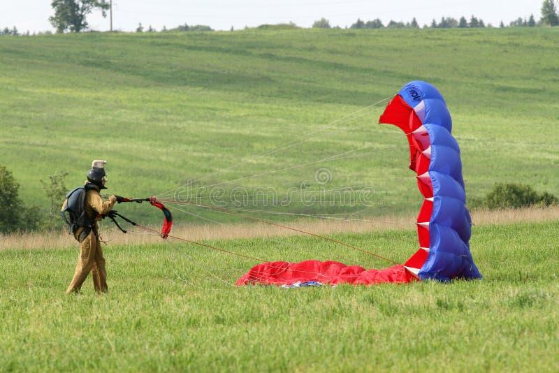 Parachutists скача спортсмены стоковые фото