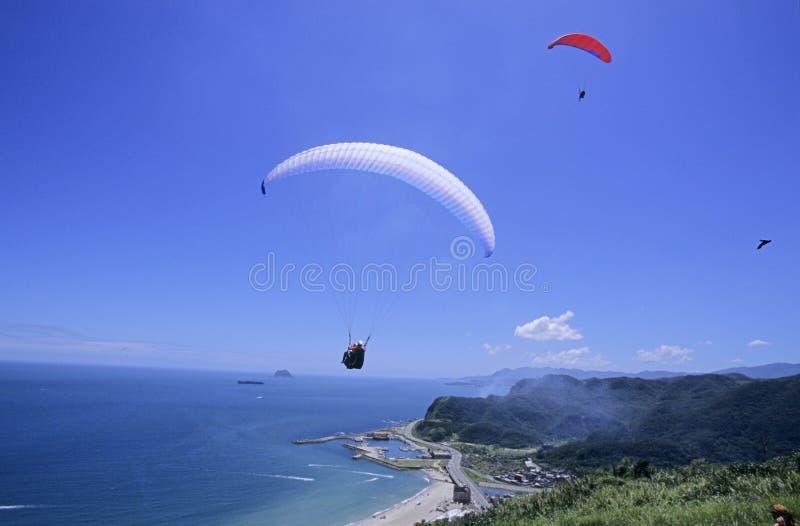 Parachutists sobre a praia imagens de stock royalty free