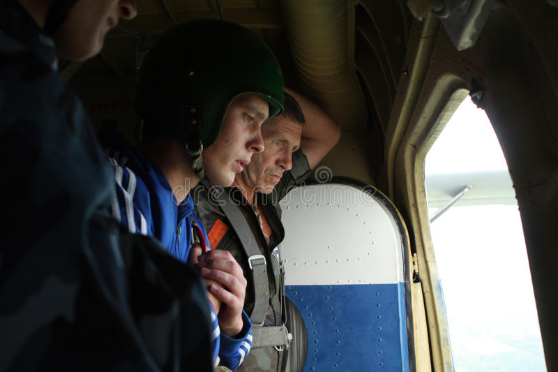 parachutistsförberedelse royaltyfria foton