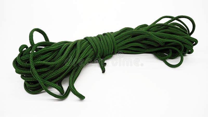Paracord verde isolado, cabo do paraquedas imagens de stock