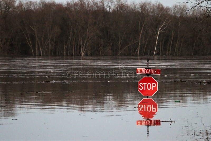 A parada ascendente da inundação do rio assina dentro a Aurora, Indiana na noite imagens de stock