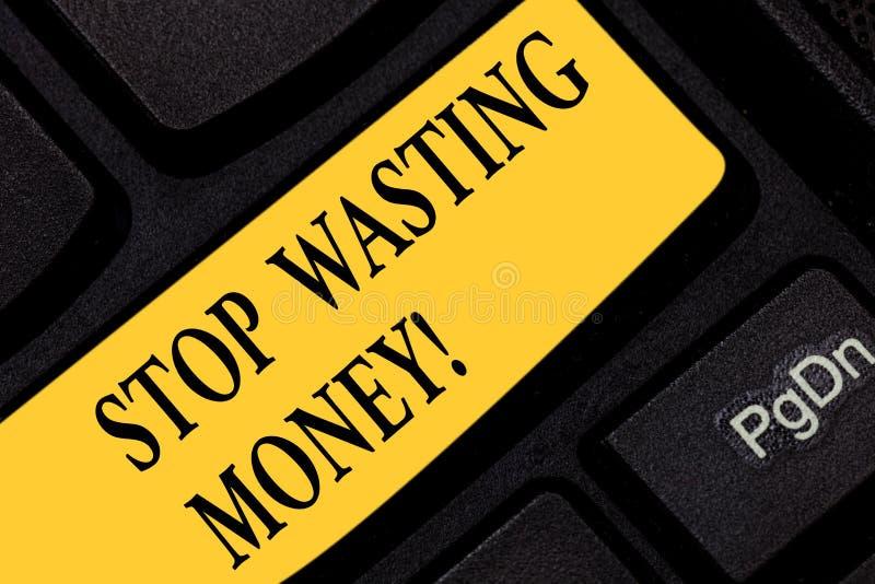 Parada da exibição do sinal do texto que desperdiça o dinheiro A foto conceptual para evitar a dissipação desperdiça o teclado in imagem de stock royalty free