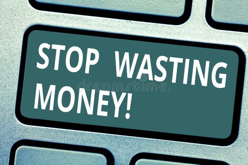 Parada da exibição do sinal do texto que desperdiça o dinheiro A foto conceptual para evitar a dissipação desperdiça o teclado in imagem de stock