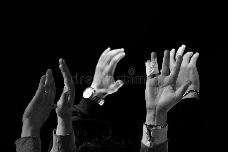 A parada da parada levantou as mãos em preto e branco foto de stock