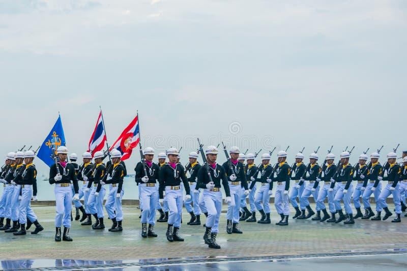 A parada da marinha que marcha para executar extravagante fura dentro Fle internacional fotografia de stock royalty free