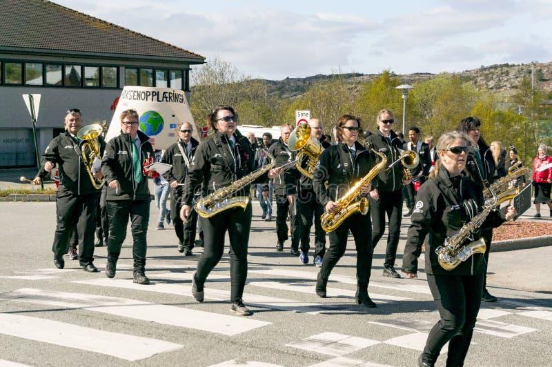 Parada da orquestra da mulher com instrumentos foto de stock