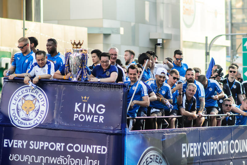A parada da vitória de uma cidade inglesa de Leicester do clube do futebol, campeão da primeiro liga 2015 - 2016 inglesa imagens de stock