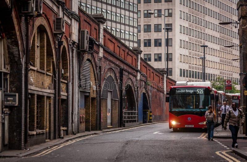 Parada de autobús cerca de la estación de tren de Waterloo imagen de archivo
