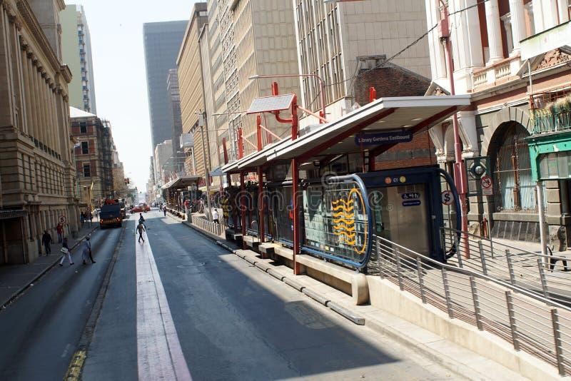 Parada de autobús en el distrito financiero central, Johannesburgo, Suráfrica fotografía de archivo