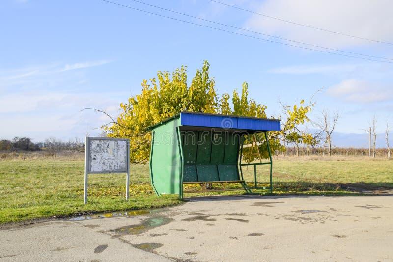 Parada de autobús en el pueblo El tapón al lado del árbol imágenes de archivo libres de regalías