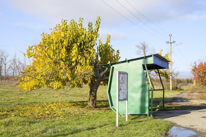 Parada de autobús en el pueblo El tapón al lado del árbol fotografía de archivo