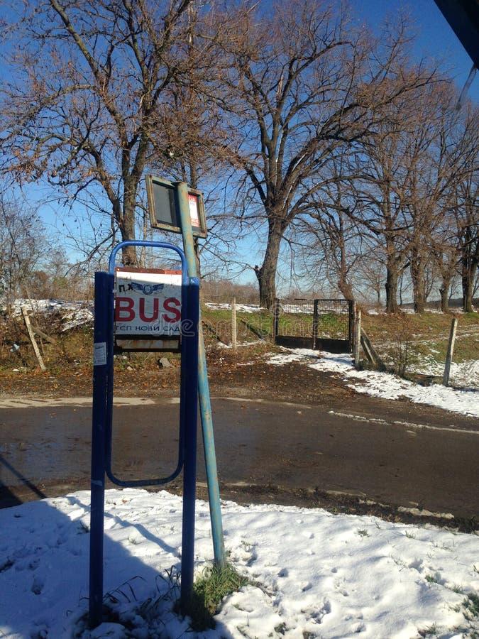 Parada de autobús en la nieve foto de archivo