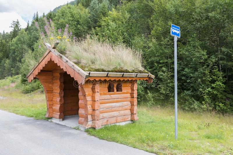 Parada de autobús tradicional en Noruega imágenes de archivo libres de regalías