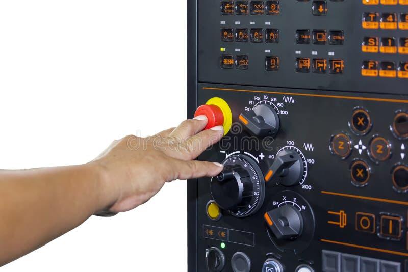Parada de emergencia de la prensa del finger del uso del operador de la máquina del torno del CNC del panel de control o del cent fotos de archivo