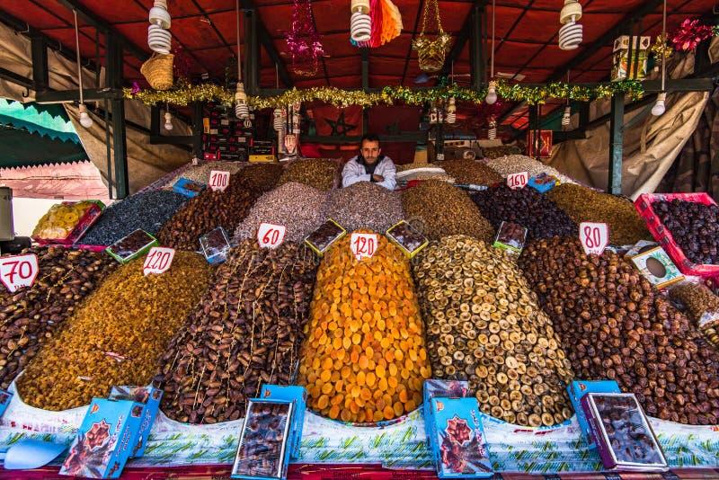 Parada de la comida de la calle con las frutas en Marrakesh, Marruecos foto de archivo