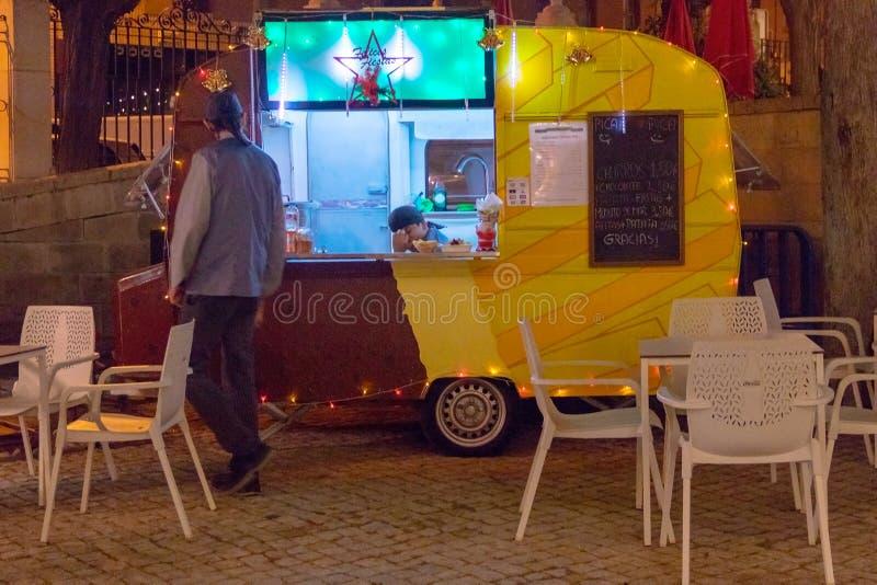Parada de la pista de la comida de la calle festiva en el nigth imagen de archivo libre de regalías