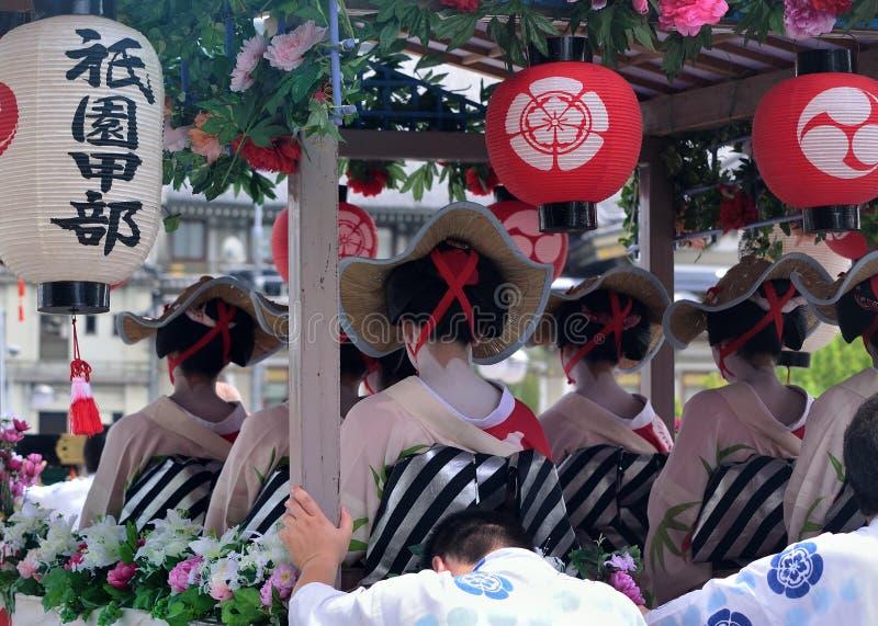 Parada de meninas de gueixa floridos, Kyoto Japão fotos de stock royalty free