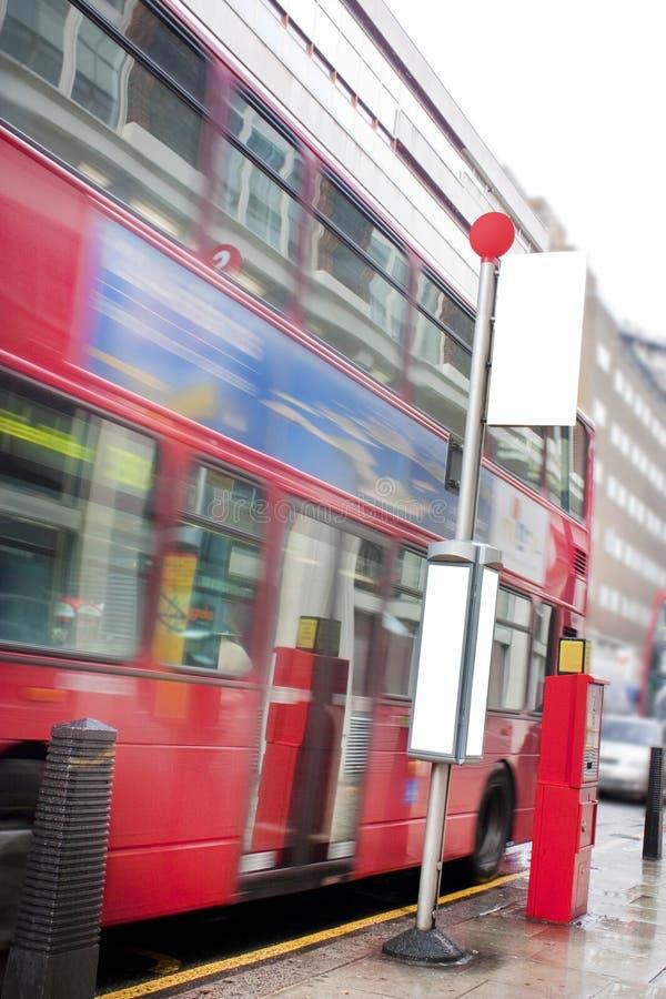 Parada de omnibus en Londres imagen de archivo