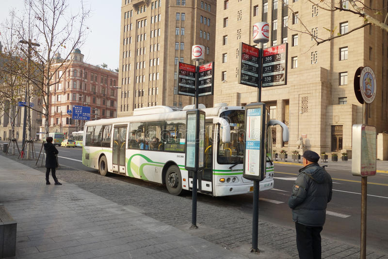 Parada de omnibus en Shangai imagenes de archivo