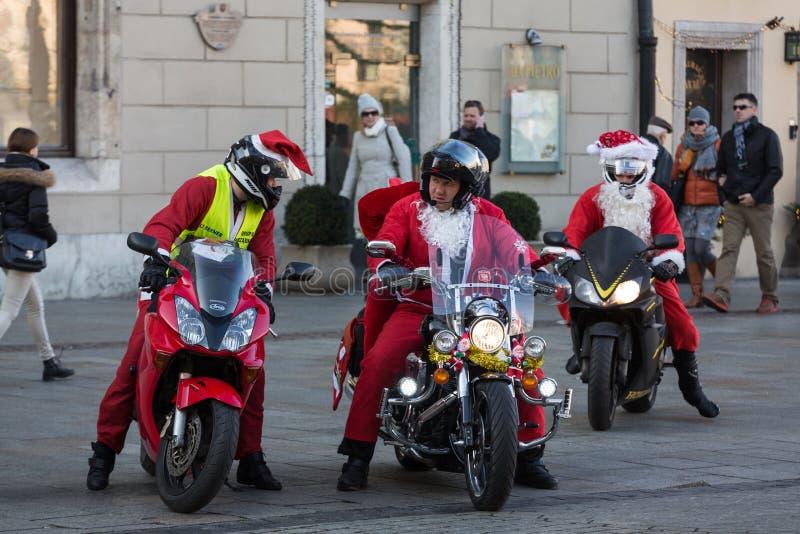 a parada de Santa Clauses em motocicletas foto de stock