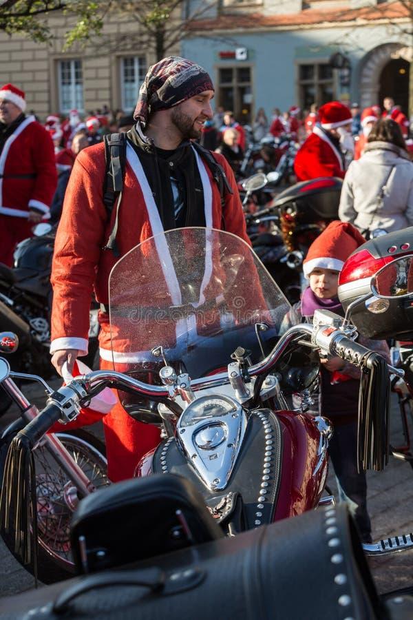 a parada de Santa Clauses em motocicletas fotografia de stock
