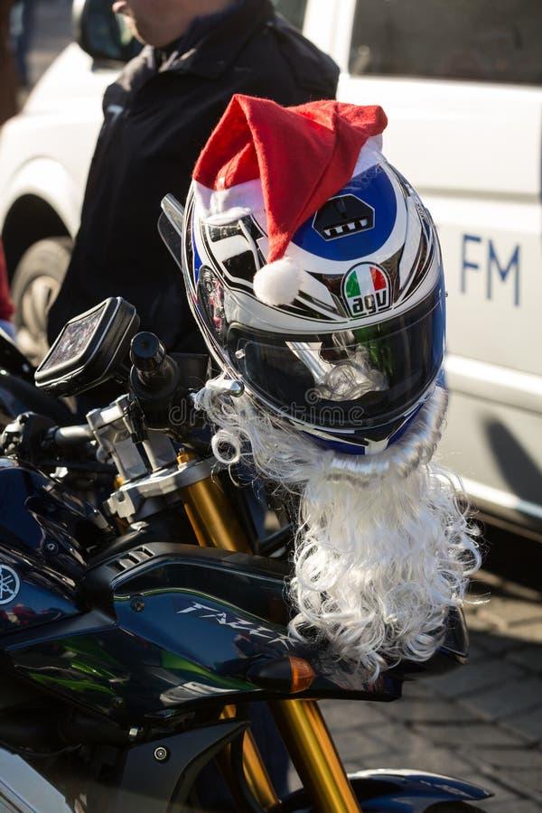 a parada de Santa Clauses em motocicletas imagens de stock