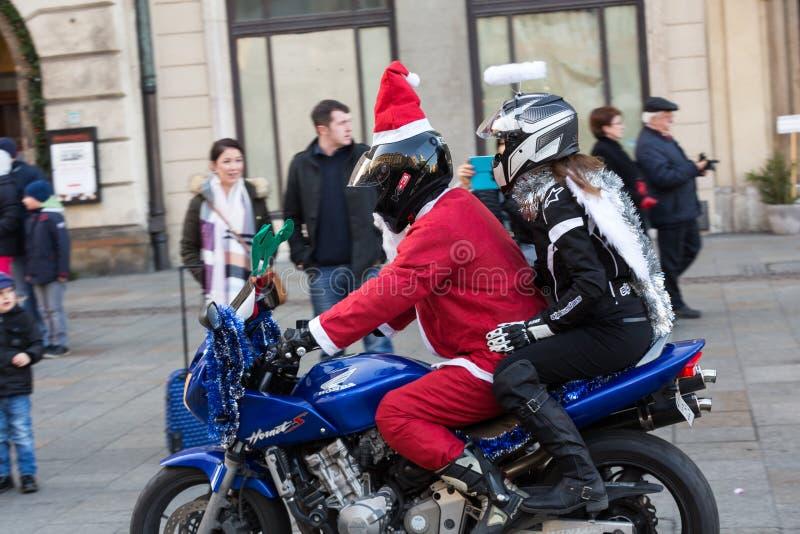 a parada de Santa Clauses em motocicletas imagens de stock royalty free