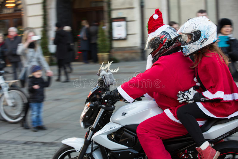 a parada de Santa Clauses em motocicletas imagem de stock