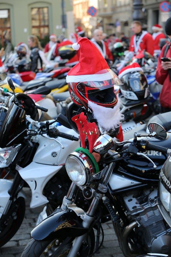 : a parada de Santa Clauses em motocicletas ao redor imagens de stock