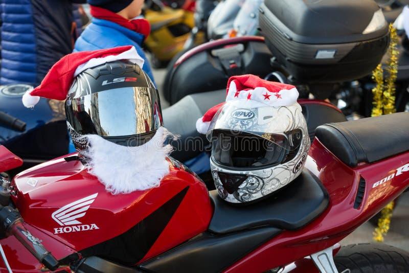A parada de Santa Clauses em motocicletas ao redor fotos de stock royalty free