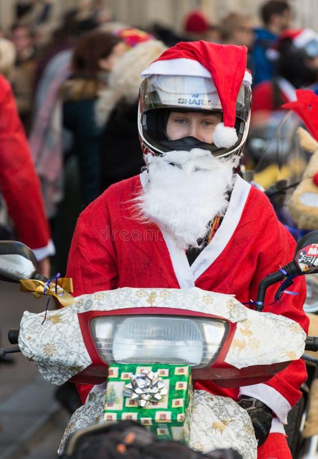 A parada de Santa Clauses em motocicletas ao redor foto de stock