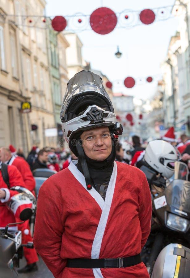 A parada de Santa Clauses em motocicletas ao redor fotografia de stock