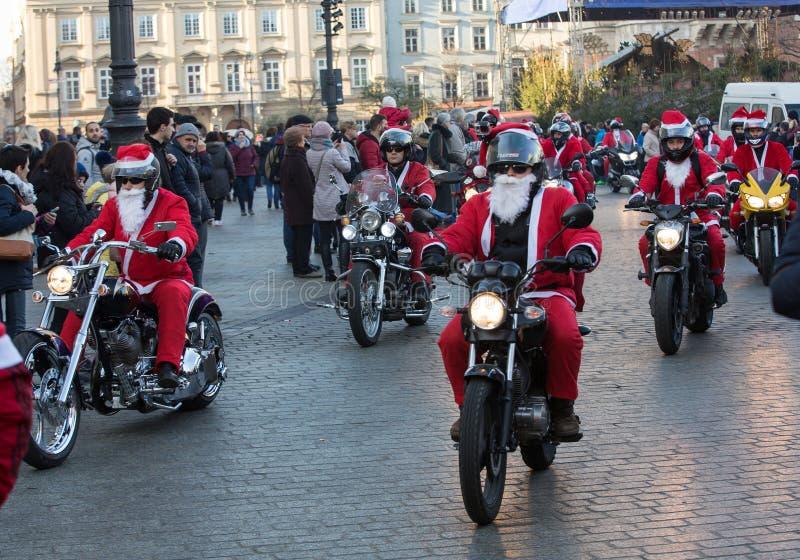 A parada de Santa Clauses em motocicletas ao redor fotografia de stock royalty free