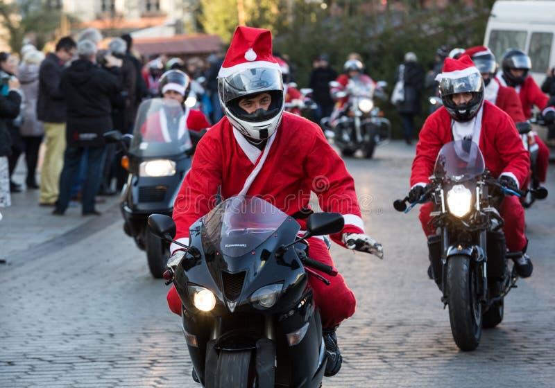 A parada de Santa Clauses em motocicletas ao redor imagens de stock