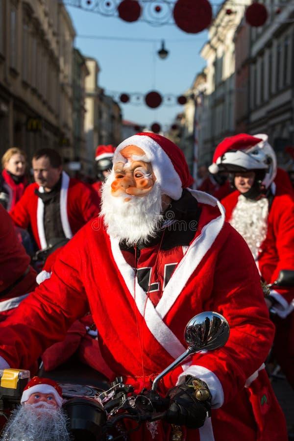A parada de Santa Clauses em motocicletas ao redor imagens de stock royalty free
