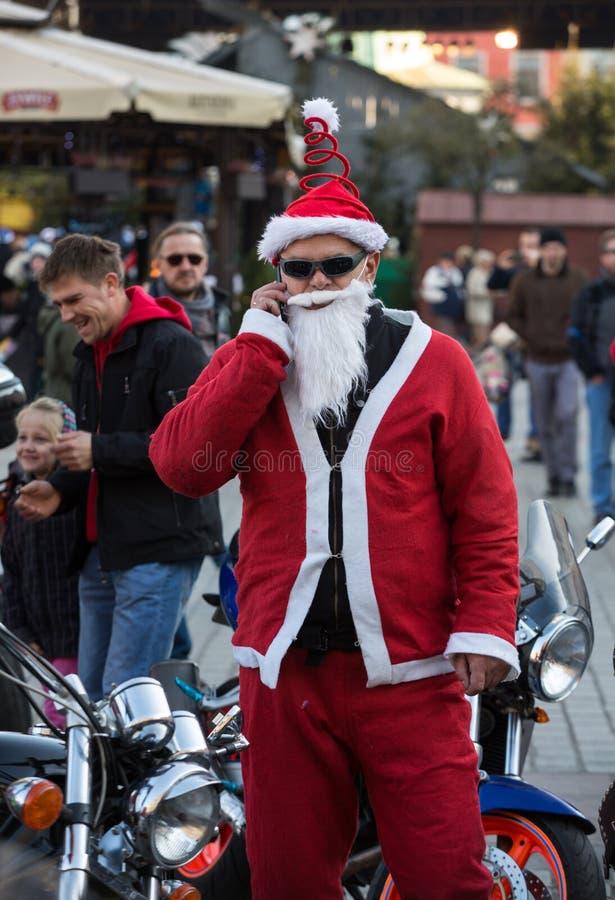 A parada de Santa Clauses em motocicletas ao redor imagem de stock royalty free