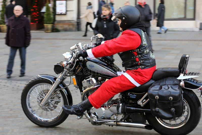 A parada de Santa Clauses em motocicletas em torno do mercado principal em Cracow imagem de stock